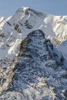 schneebedeckte Berge und Felsen bei Gourette in den Pyrenäen, Frankreich foto