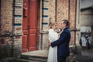 Hochzeit. Paar in der Stadt umarmen foto