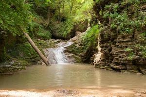 Wasserfall sind auf dem Gebirgsfluss des westlichen Kaukasus foto