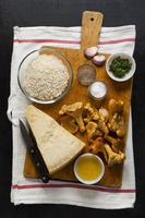 Zutaten zum Kochen von Pilzen Pfifferlinge. Parmesan Käse,