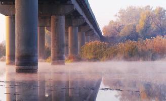 Morgenlandschaft mit Nebel auf dem Fluss foto