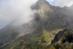 Bergblick mit einer Wolke bedeckt