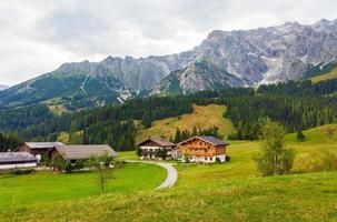 schöne aussicht auf die österreichischen alpen mit typischen berghäusern