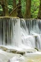 Nahaufnahme des Wasserfalls im tropischen tiefen Wald bei Huay Meakhamin foto