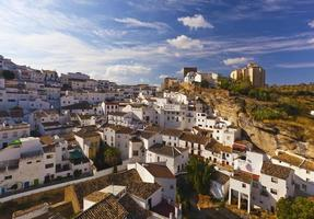 weiße häuser in der kleinen stadt setenil de las bodegas, spanien foto