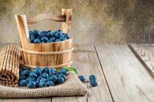 Blaubeeren auf einem hölzernen Hintergrund foto