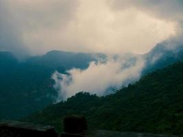 Monsunregenwolken und Nebel foto