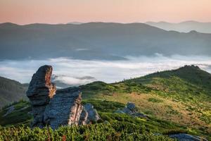 Karpaten. Sonnenaufgang in den Bergen mit Nebel