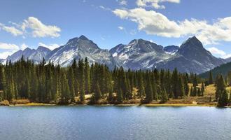 Berge von Colorado, ein See und Wolken
