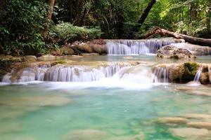 schöner wasserfall im erawan nationalpark foto