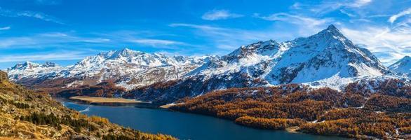 Panoramablick auf Sils See und Engadin Alpen im Herbst