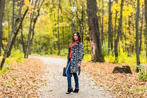 Wandern im Herbstpark foto