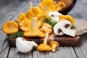 Pilze auf einem Holztisch foto