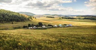 Landschaft des Dorfes in einem Tal zwischen Bergen foto