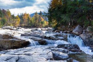 felsiger Wasserfall und Herbstlaub