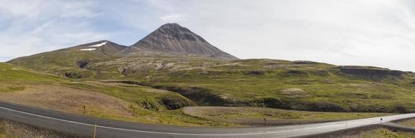 Straße durch Berge foto
