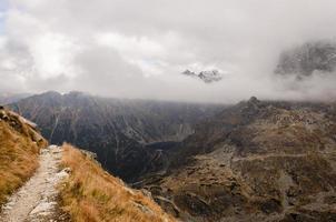 Rysy taucht aus den Wolken auf foto