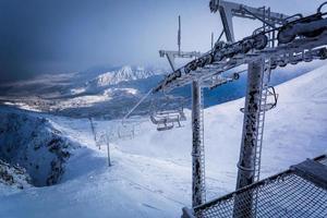 gefrorene Seilbahn in den Bergen foto