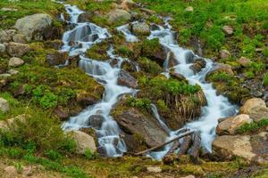 Wasserfall in den felsigen Bergen foto