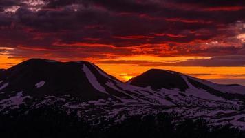 Sonnenuntergang in den felsigen Bergen foto