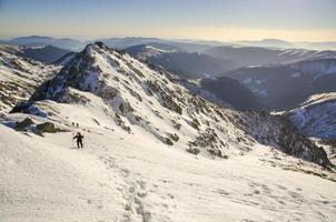 Wandern in felsigen Bergen foto