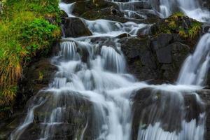 Wasserfälle in den Bergen foto