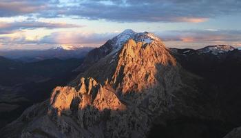 Berge mit orangefarbenem Licht
