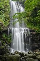 Wasserfall im Berg foto