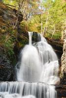 Herbstwasserfall im Berg