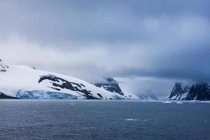 wunderschöne schneebedeckte Berge foto