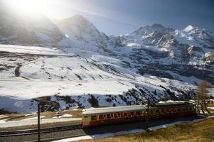 Schweizer Zug mit Alpenhintergrund foto