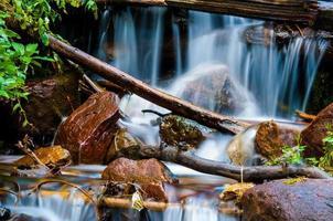 Langzeitbelichtung in der Nähe von Wasserfällen, die den Fels hinunterstürzen foto