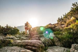 Wanderer auf einem Pfad in wunderschönen Bergen foto