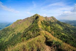 Wanderwege auf dem Berggipfel und blauem Himmel