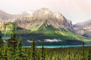 malerischer Blick auf die Berge in der Nähe von Icefields Parkway, kanadischen Rocky Mountains foto