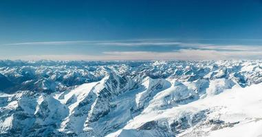 schneebedeckte Berggipfel im kalten Tirol Österreich im Winter