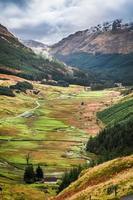 Blick auf ein Gebirgstal in Schottland foto