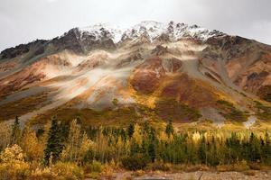 Herbstfarbe schneebedeckte Spitze Alaska Range Herbst Herbstsaison
