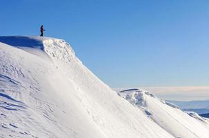 Skifahrer auf Berggipfel foto
