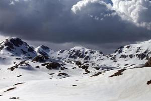 schneebedeckte Berge in Wolken foto