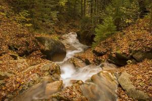 Wasserfall in weißen Bergen foto