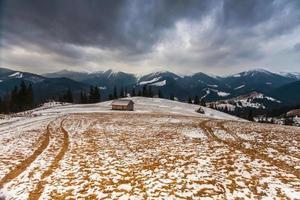 schneebedeckte Berge vor dem Sturm. foto