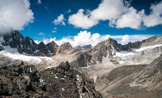 wunderschöne schneebedeckte Berge
