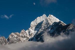 Thamserku - schöner Gipfel über dem Namche Basar foto