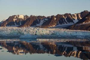 Monaco-Gletscher mit Reflexion um Mitternacht foto