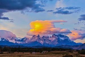 Die Wolken werden von der Sonne auf den Felsen beleuchtet