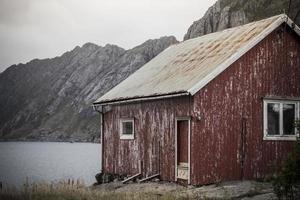 Lofoten Norwegen rotes Haus in der Nähe foto