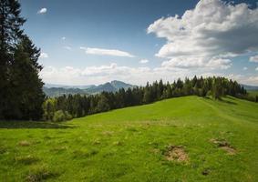landschaftlich reizvolle Landschaft Hügel und Berge und blauer bewölkter Himmel