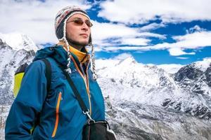 junger Mann Trekking foto