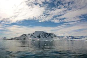 der schneebedeckte Berg in der Antarktis foto